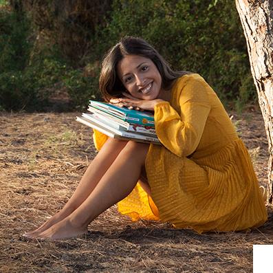 elisa apoyada en libros imagen circular
