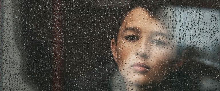 niño dia lluvioso